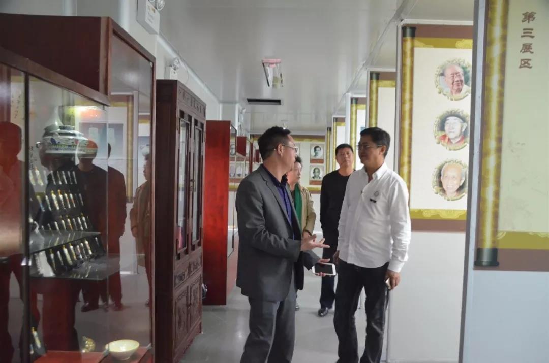 北京鹤年堂中医院名誉院长张大宁率新加坡客人来我园参观考察